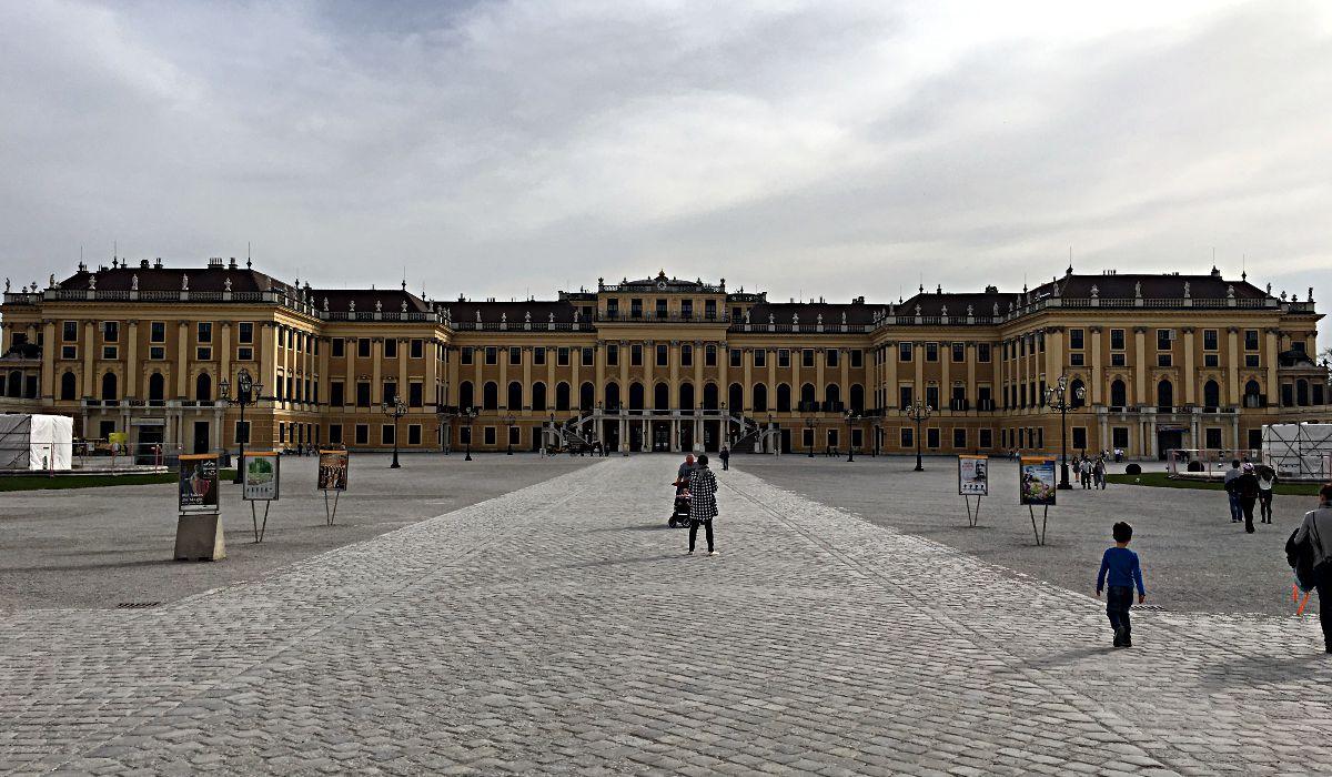 Das mächtige Schloss Schönbrunn, wo schon der 6-jährige Mozart für Kaiserin Sisi musiziert hat. (Foto: Ruti)