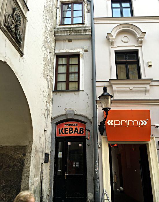 Das Haus links ist eines der schmalsten Europas. Das schmalste steht in Amsterdam und witzigerweise befindet sich auch in diesem ein Dönerladen. (Foto: Ruti)