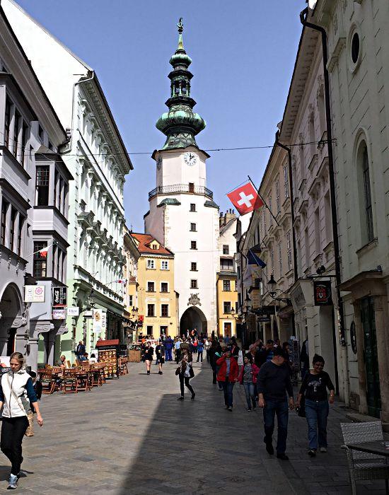Das Michaelertor am Ende der Straße ist der einzig erhaltene mittelalterliche Zugang zur Altstadt Bratislavas. Die Kirche dazu exitiert nicht mehr. (Foto: Ruti)