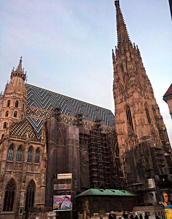 Der Stephansdom in Wien ist immer irgendwo eingerüstet. Allerdings soll er in ein paar Jahren fertig sein und dann für eine Generation halten. (Foto: Ruti)