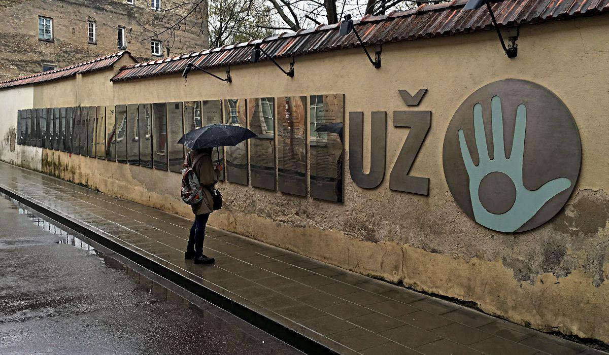 Auf diesen Silbertafeln steht sie geschrieben, die Verfassung Uzupis - in 26 Sprachen. (Foto: Ruti)