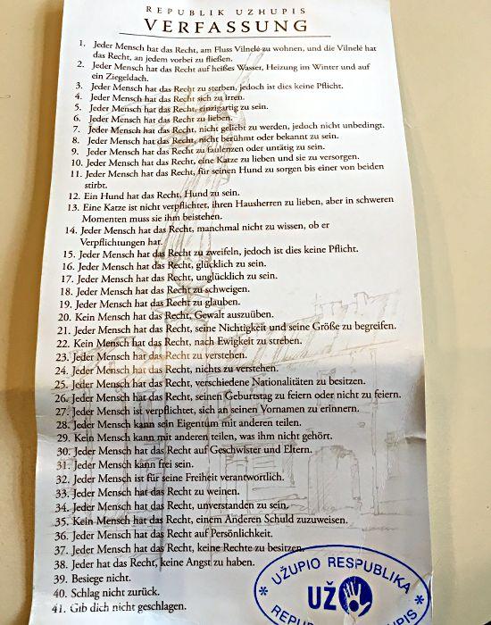 Die Verfassung der Republik Uzupis verfügt über 41 Paragraphen, die man sonst wohl auf keiner Verfassung findet. (Foto: Ruti)