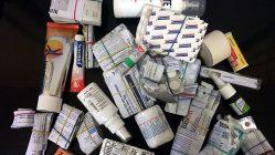 Meine Weltreise-Apotheke - um Platz zu sparen habe ich alle Medikamente aus den Schachteln herausgenommen und mit Gummibändern gebündelt. Es macht Sinn, das Verfallsdatum drauf zu schreiben. (Foto: Ruti)
