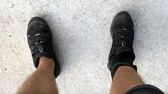 Zum ersten Mal seit meiner Knöchelverletzung stehe ich wieder ohne Krücken auf der Straße. (Foto: Ruti)
