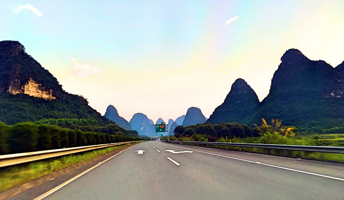 Die eindrucksvollen Berge von Guangxi auf dem Weg nach Yangshuo (Foto: Ruti)