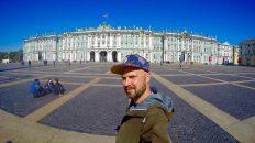 Ruti bei strahlendem Sonnenschein vor dem Winterpalast in St. Petersburg (Foto: Ruti)