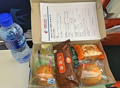 China Eastern versorgt seine Gäste auf dem Weg von Kunming nach Mandalay in Myanmar mit diesem Lunchpaket. (Foto: Ruti)