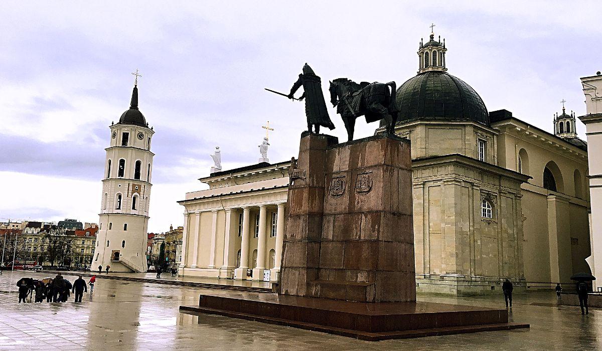 Die Kathedrale in Vilnius mit der Statue des Stadtgründers von Gediminas ist ein zentraler Ort in der Hauptstadt Litauens (Foto: Ruti)