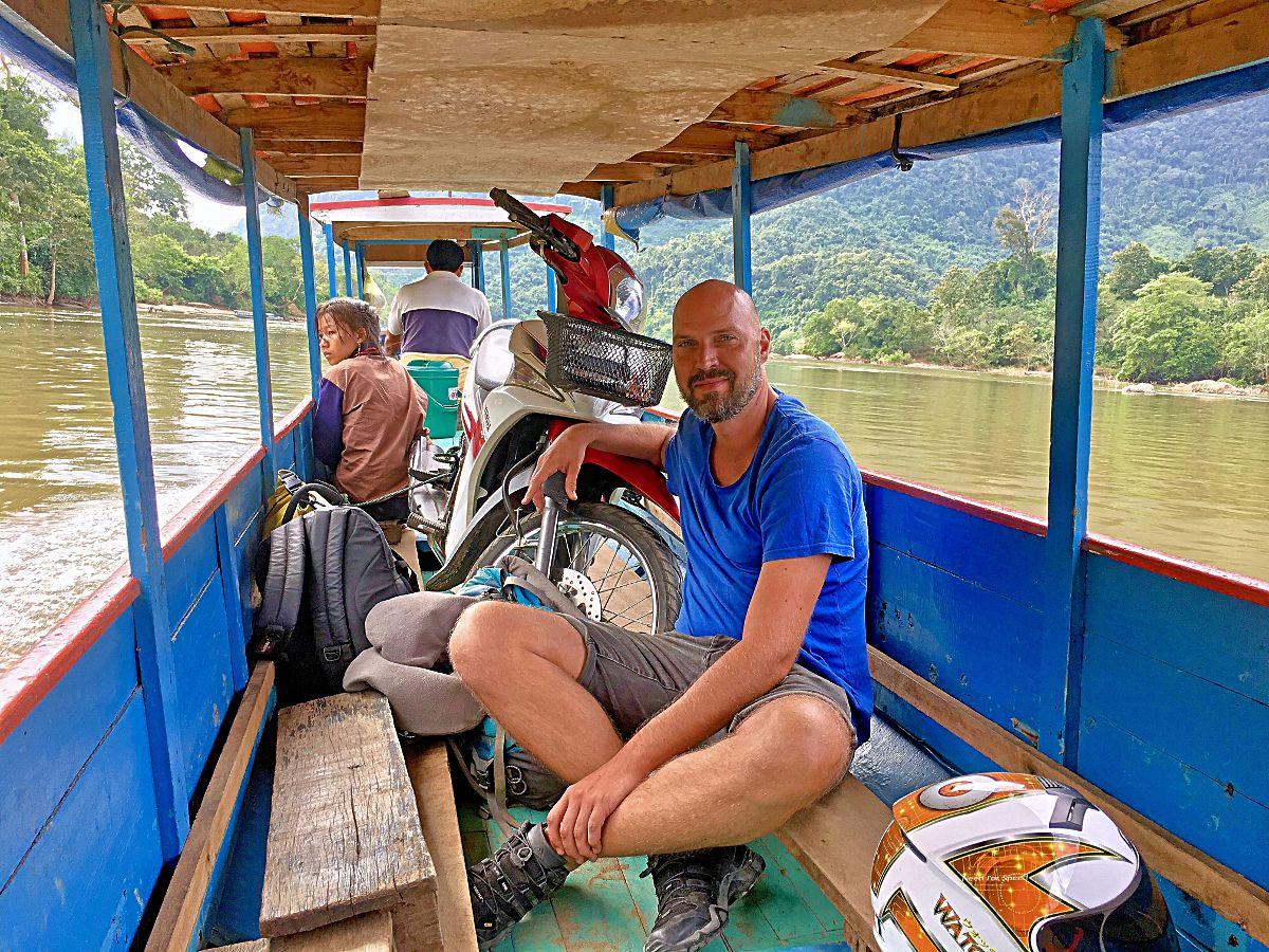 Als es keine Straßen gab, musste ich mein kleines Motorrad kurzerhand auf ein Boot laden, um voranzukommen. (Foto: Ruti)