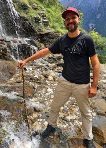 Beim Durchqueren von flacheren Gewässern ist ein wasserdichter Schuh praktisch. Hier bin ich auf einem Wasserfall an der Tiger Leaping Gorge in der Provinz Yunnan in China. (Foto: Ruti)