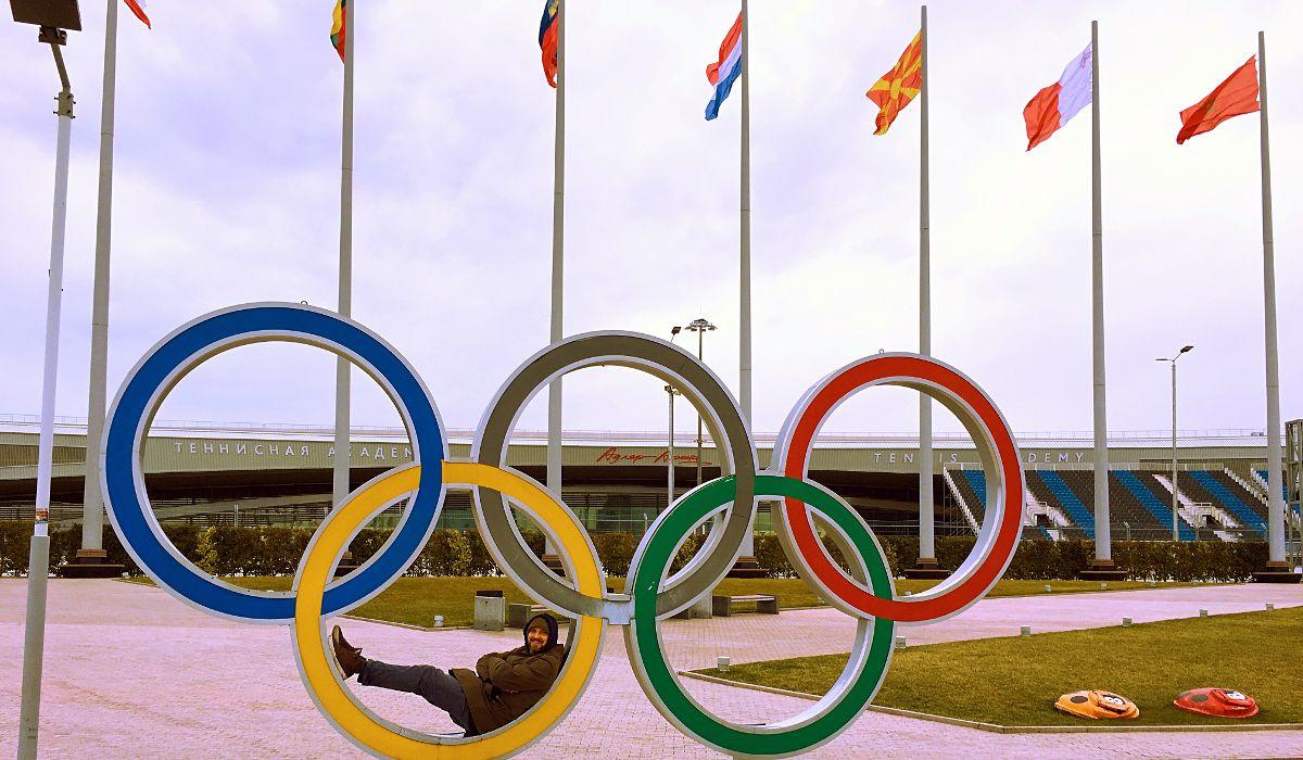 Sieht aus, als würde da ein Penner liegen, aber das bin ich. Ein Foto in den Ringen ist ein Pflichtmotiv eines Besuchers des Olympiaparks in Sotschi (Foto: Ruti)