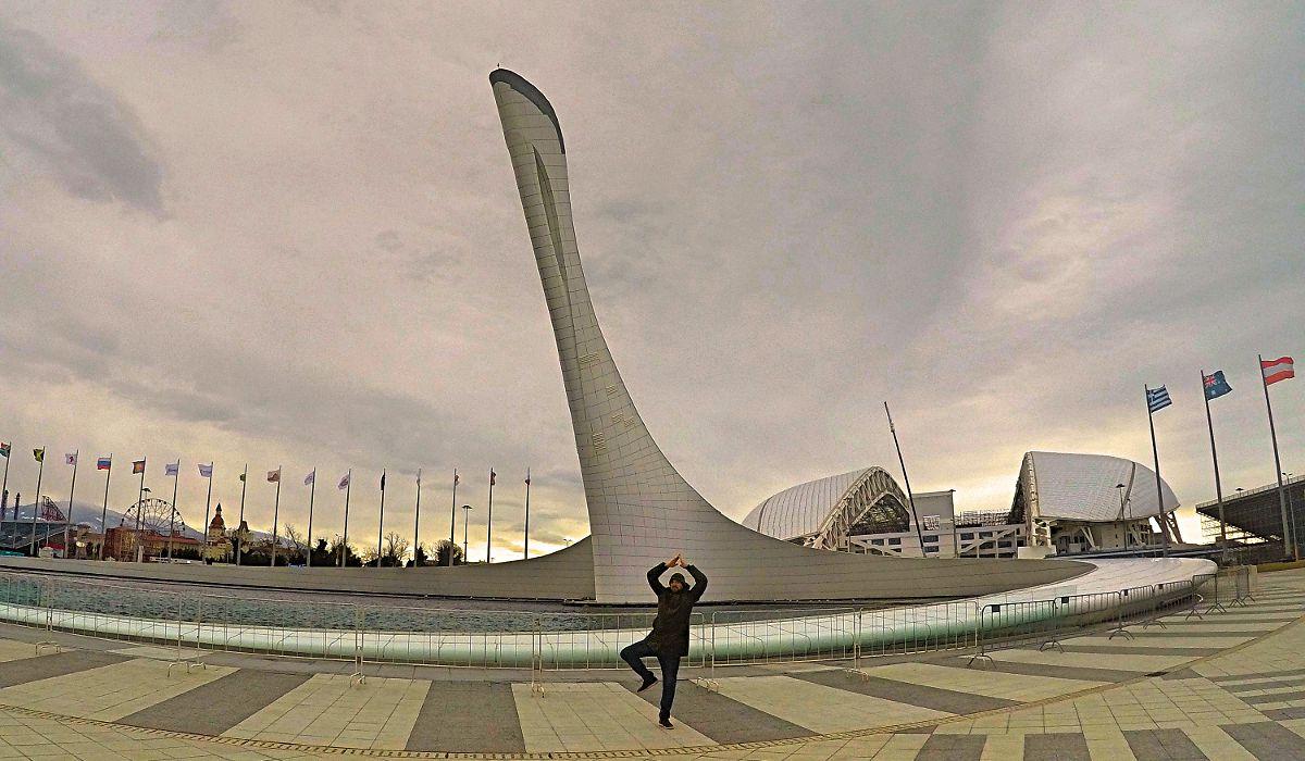 Hier stehe ich würdevoll, wo einst das Olympische Feuer in Sotschi brannte. (Foto: Ruti)