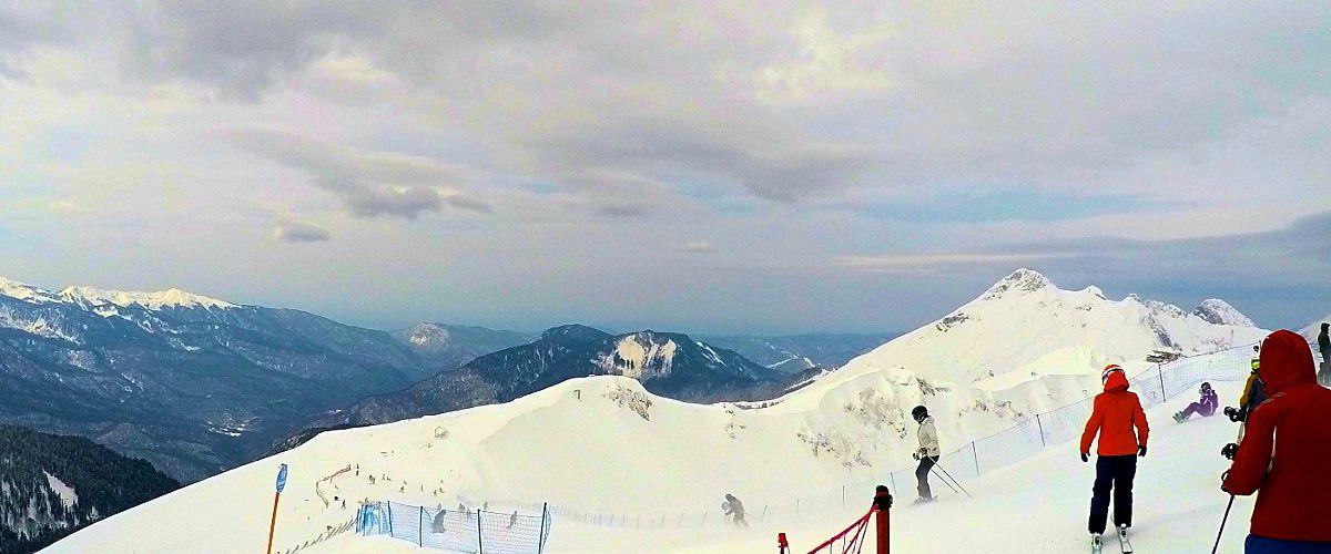 Die Sicht war leider nicht optimal, aber in Sotschi kann man beim Skifahren aufs Meer blicken. Im Hintergrund kann man es erahnen. (Foto: Ruti)