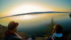 Am Baikalsee sitzen und den Sonnenuntergang genießen. (Foto: Ruti)