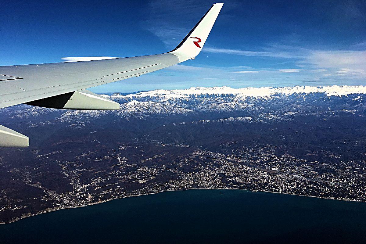 Vorne das Schwarze Meer, in der Mitte Sotschi und dann der Kaukasus (Foto: Ruti)