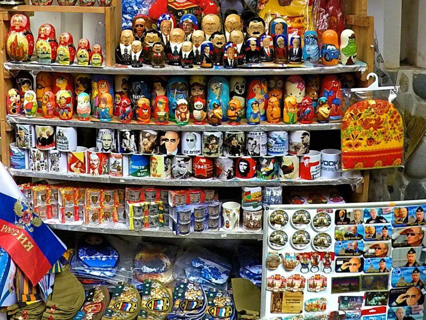 Putin-Tassen, Metrjoschkas und andere Souvenirs kauft man in Moskau am besten auf dem Izmailovsky-Markt, der offiziell Izmailovsky-Vernissage heißt. (Foto: Ruti)