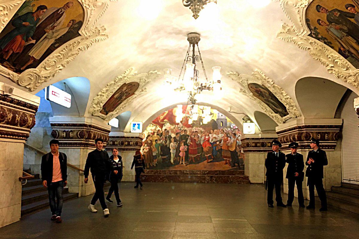 """Die Moskauer Metro-Stationen tragen den Spitznamen """"unterirdische Paläste"""". Ich glaube, man kann erahnen, warum. (Foto: Ruti)"""