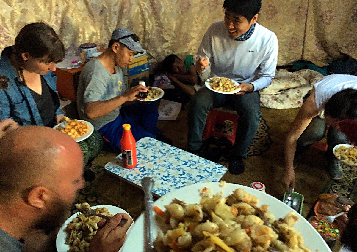 Abendessen in der Jurte unserer Gastfamilie (Foto: Ruti)
