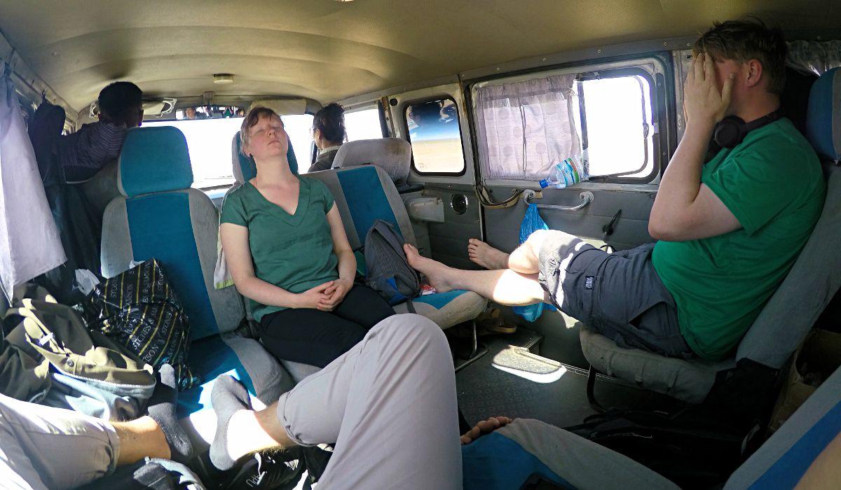 Im Bus zur nächsten Station in der Mongolei hieß es erst einmal auskatern, obwohl das bei dem Gehoppel in der Steppe nicht leicht war. (Foto: ruti)