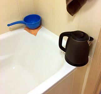 Ein Woche lang duschte ich in Moskau mit Wasserkocher und Kelle. Grund: das heiße Wasser wurde abgestellt. (Foto: Ruti)