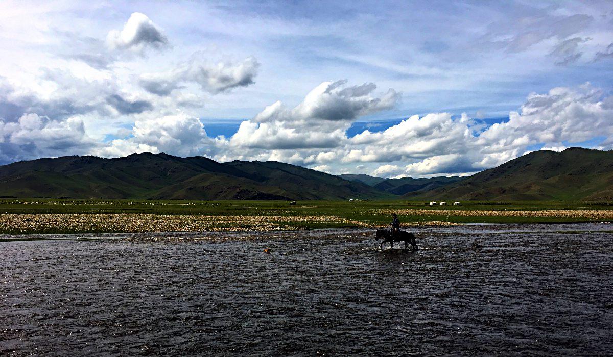 In der Mongolei reiten noch Männer durch Flüsse. (Foto: Ruti)