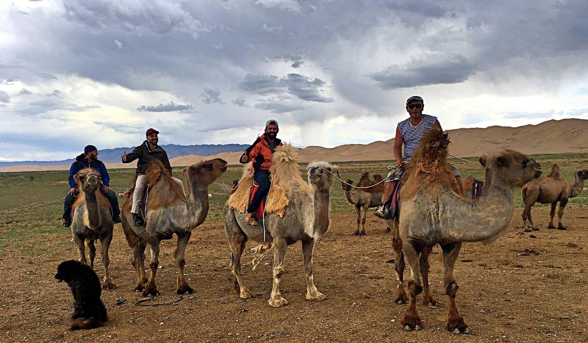 Kamelreiten in der Mongolei - da wussten wir noch nicht, dass gleich ein Sandsturm kommen würde. (Foto: Ruti)