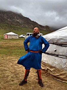 Da das Wetter beschissen war, kalt und regnerisch, wurde ich in traditionelle mongolische Kleidung gesteckt. (Foto: Ruti)