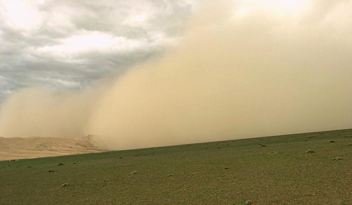 Der Sandsturm in der Mongolei kam spektakulär daher. (Foto: Ruti)
