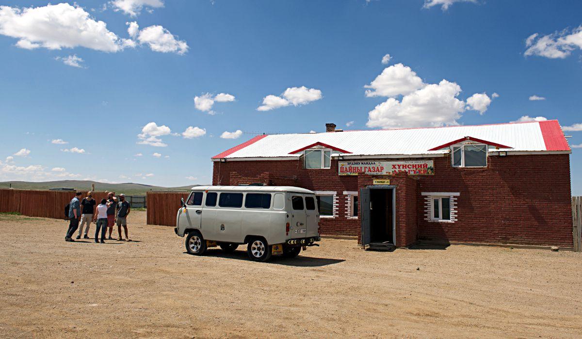 """Unsere 8-Tage-Tour durch die Mongolei beginnt mit einem Mittagessen an dieser """"Raststätte"""". (Foto: http://m.blog.naver.com/wrinklecat)"""