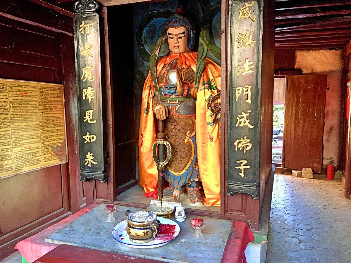 Vor dieser Statue, die im Eingangsbereich des Tempels stand, sollten wir uns jedes Mal verbeugen, wenn wir dran vorbei liefen. (Foto: Ruti)