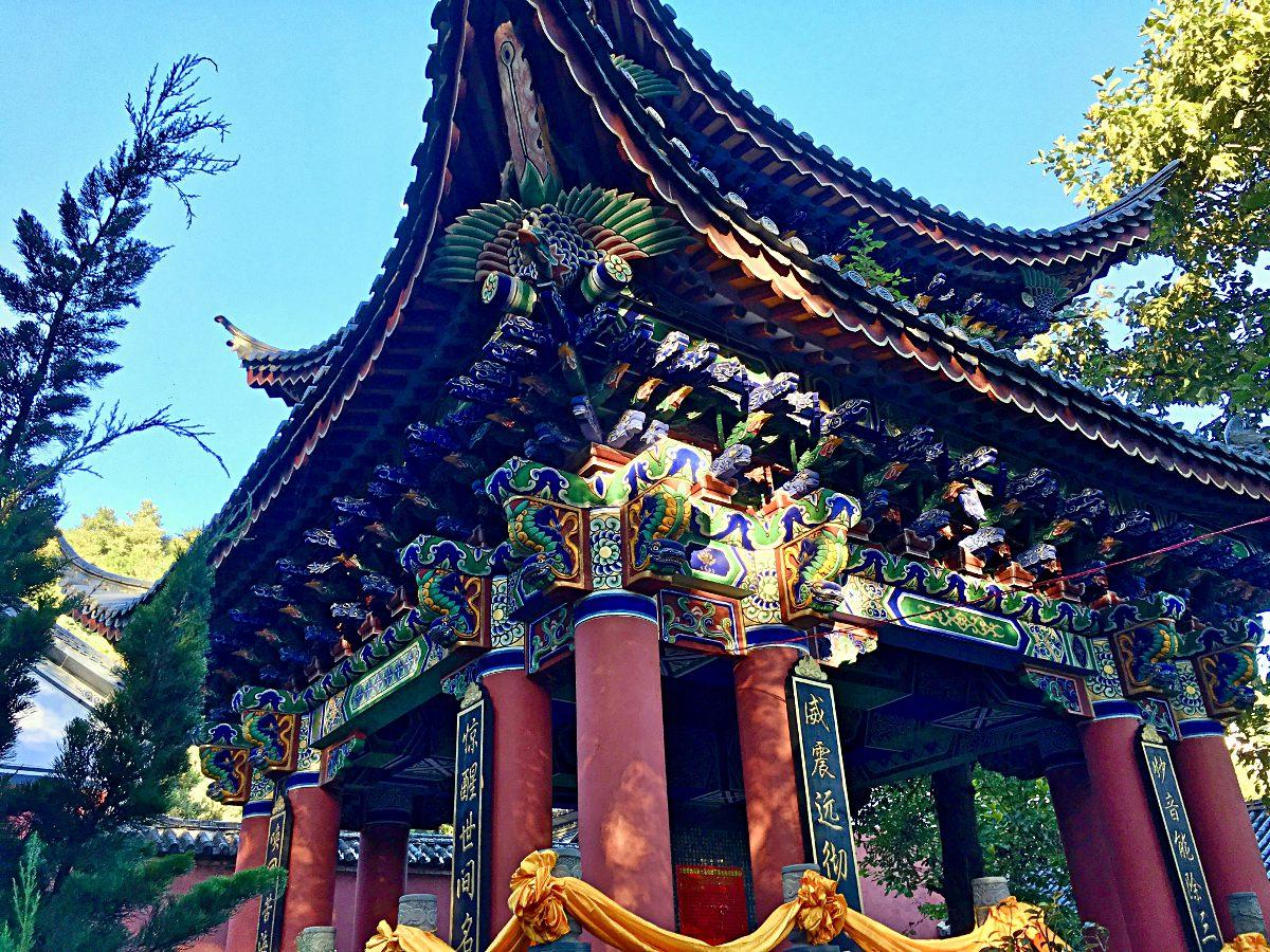 Eines der hübschen Gebäude des Wu-Wei-Tempels in Yunnan, China (Foto: Ruti)