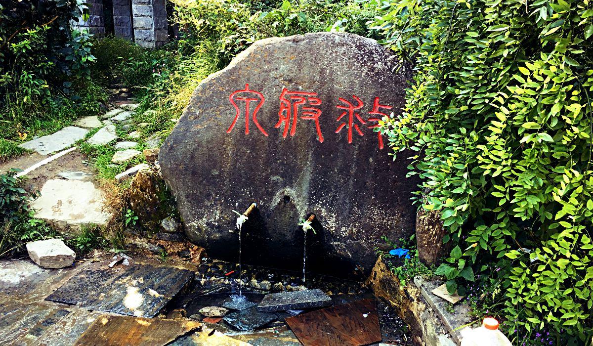 Hier, an der Quelle des Wu-Wei-Tempels, holten nicht nur wir unser Trinkwasser, auch viele Menschen aus Dali fuhren extra hier her, um es sich abzufüllen. (Foto: Ruti)