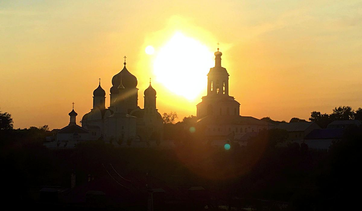 Die Sonne versinkt hinter dem Frauenkloster in Bogoljubowo. (Foto: ruti)