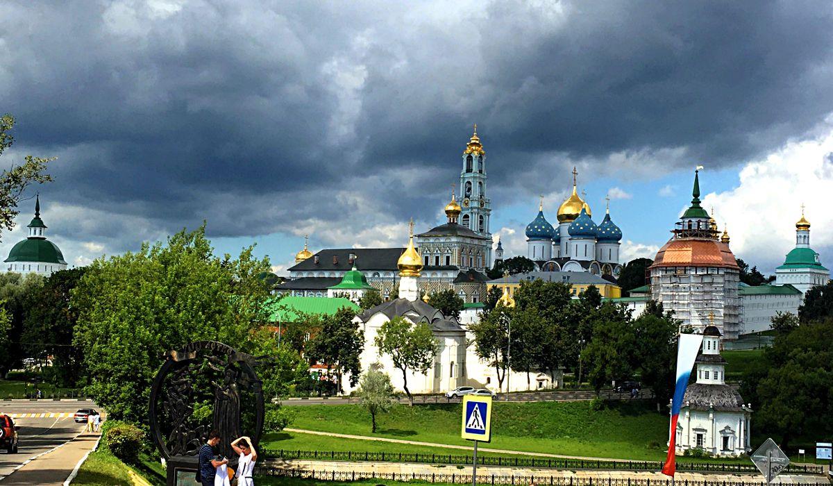 Sergijew Possad gewährt spektakuläre Blicke auf das Dreifaltigkeitskloster. (Foto: Ruti)