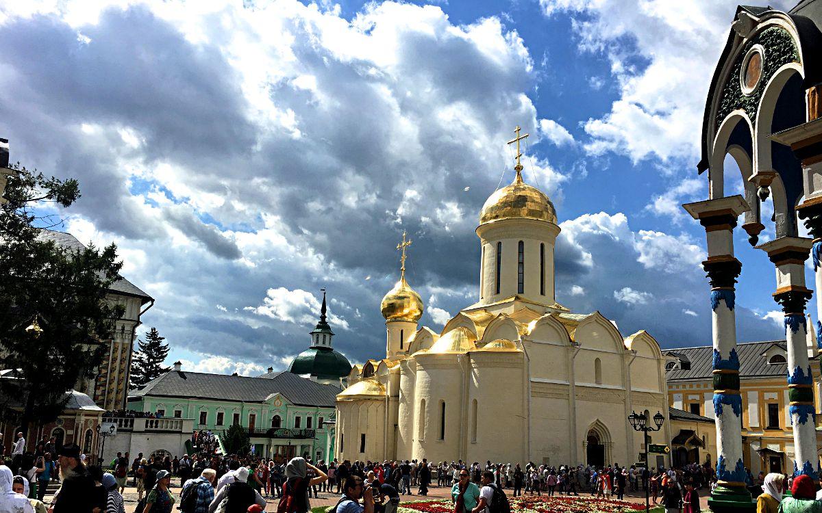 Das Dreifaltigkeitskloster in Sergijew Possad hat mehr als eine sehenswerte Kirche zu bieten. Am schönsten sind sie natürlich bei Sonnenschein. (Foto: Ruti)