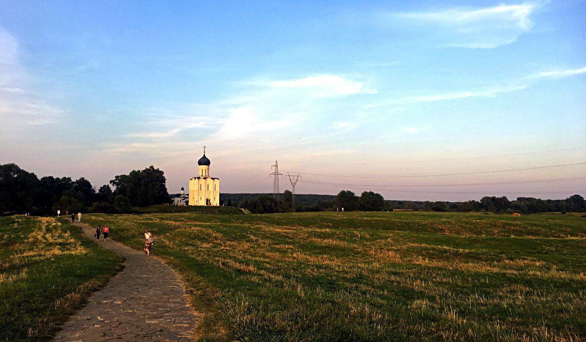 Da es keine befahrbare Straße zur Gottesmutter-Geburtskirche in Bogoljubowo gibt, ist der Spaziergang in dieser Kulisse das eigentliche Highlight. (Foto: Ruti)