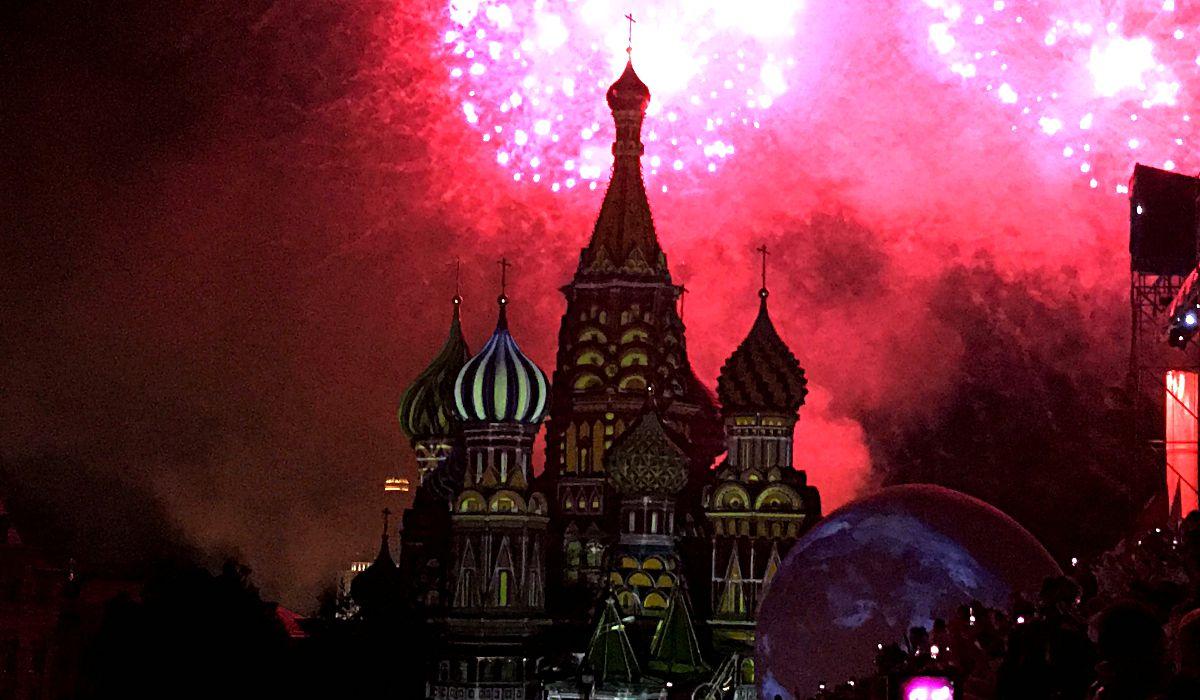 Feuerwerk über der Basiliuskathedrale auf dem Roten Platz in Moskau. (Foto: ruti)