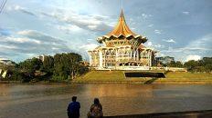 Die Waterfront in Kuching bietet eine schöne Aussicht auf das Parlamentsgebäude. (Foto: Ruti)
