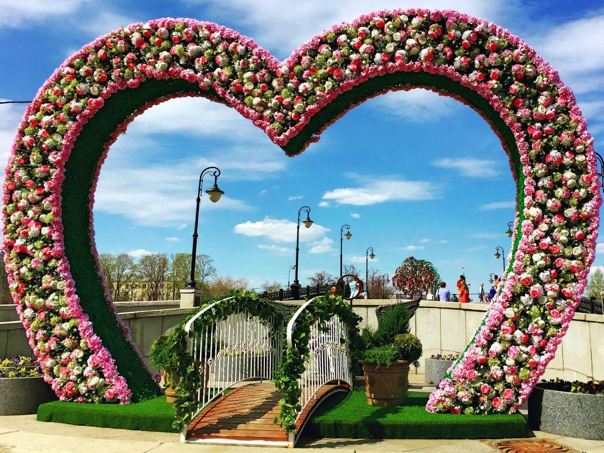 Die Luschkow-Brücke in Moskau ist ein Platz für alle Liebenden. Neben solchen Blumenherzen stehen hier auch Bäume, an die Du Dein Liebesschloss hängen kannst. (Foto: Ruti)