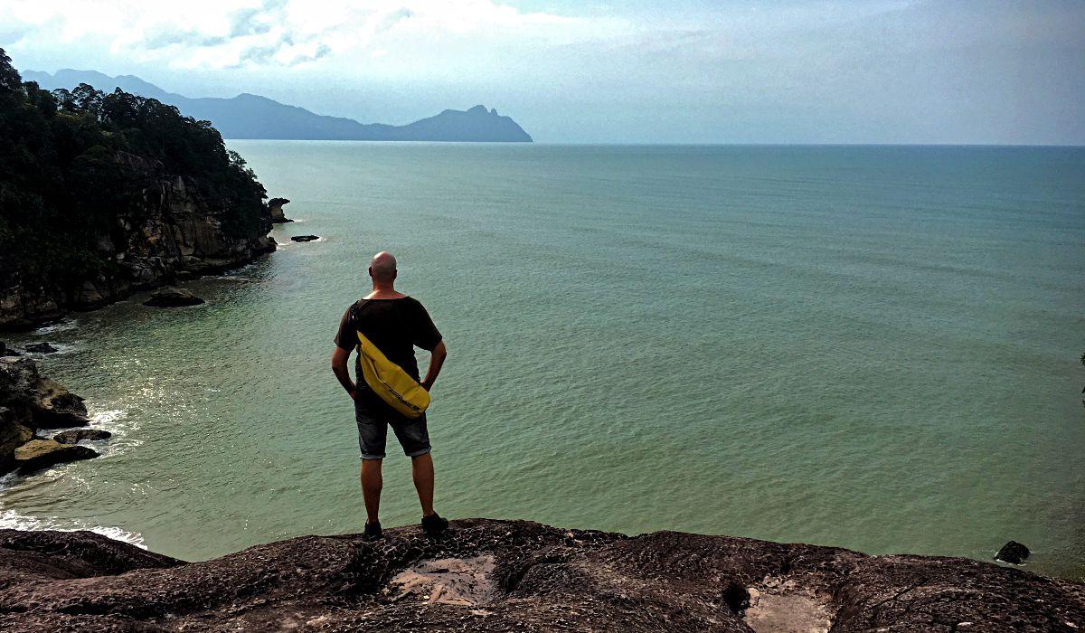 Nach einer anstrengenden Wanderung durch den Dschungel des Bako-Nationalparks erreiche ich das Meer. (Foto: Ruti)