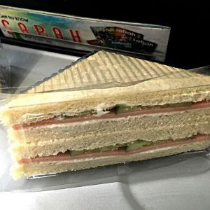 Auf dem Flug von Kuching nach Miri gibt es trotz der kurzen Flugzeit von 1 Stunde ein Sandwich bei MASwings. (Foto: Ruti)