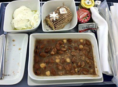 Eine libanesische Speise in der Business-Klasse der Middle East Airlines auf dem Weg von Beirut nach Frankfurt. (Foto: ruti)