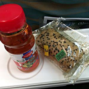 Von Dubai nach Maskat und auch allen anderen Kurzstrecken gibts Sandwiches und Saft bei Oman Air. (Foto: Ruti)
