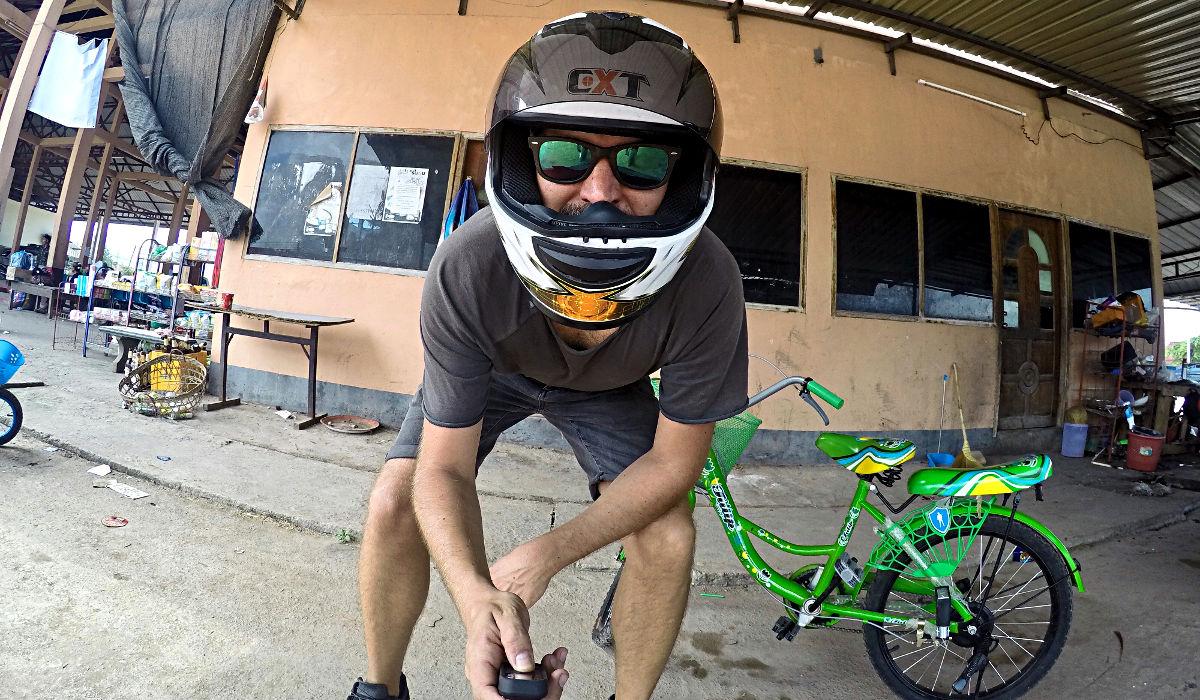 Schnell noch ein Selfie, bevor ich mich auf meinen 10-Tages-Trip durch Laos begebe - und nein, das grüne ist nicht mein Zweirad. (Foto: Ruti)