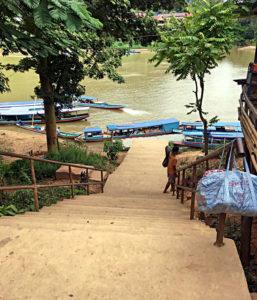 Diese Treppe mussten wir mein Moped in Nong Khiaw hochwuchten. (Foto: Ruti)