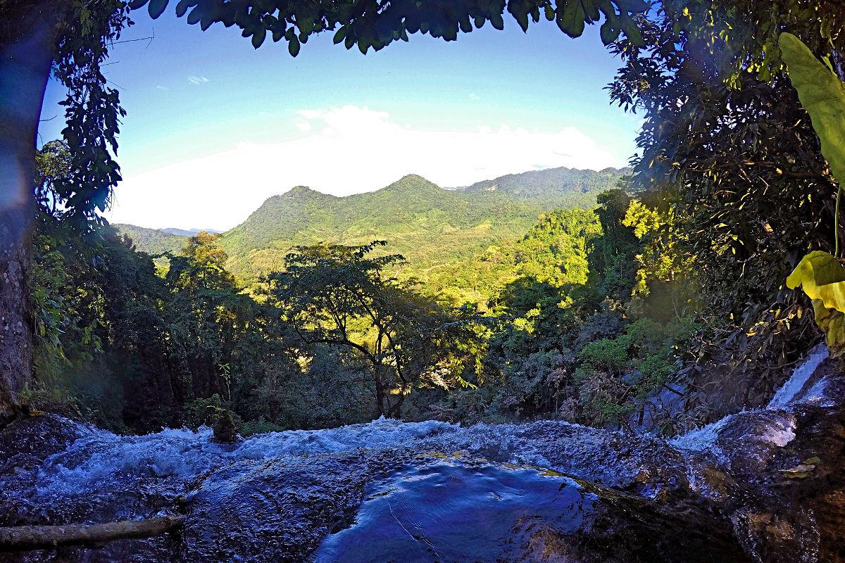 Wer den Weg bis ganz nach oben bei den Kuang Si Wasserfällen nimmt, wird mit einer hübschen Aussicht belohnt. (Foto: Ruti)