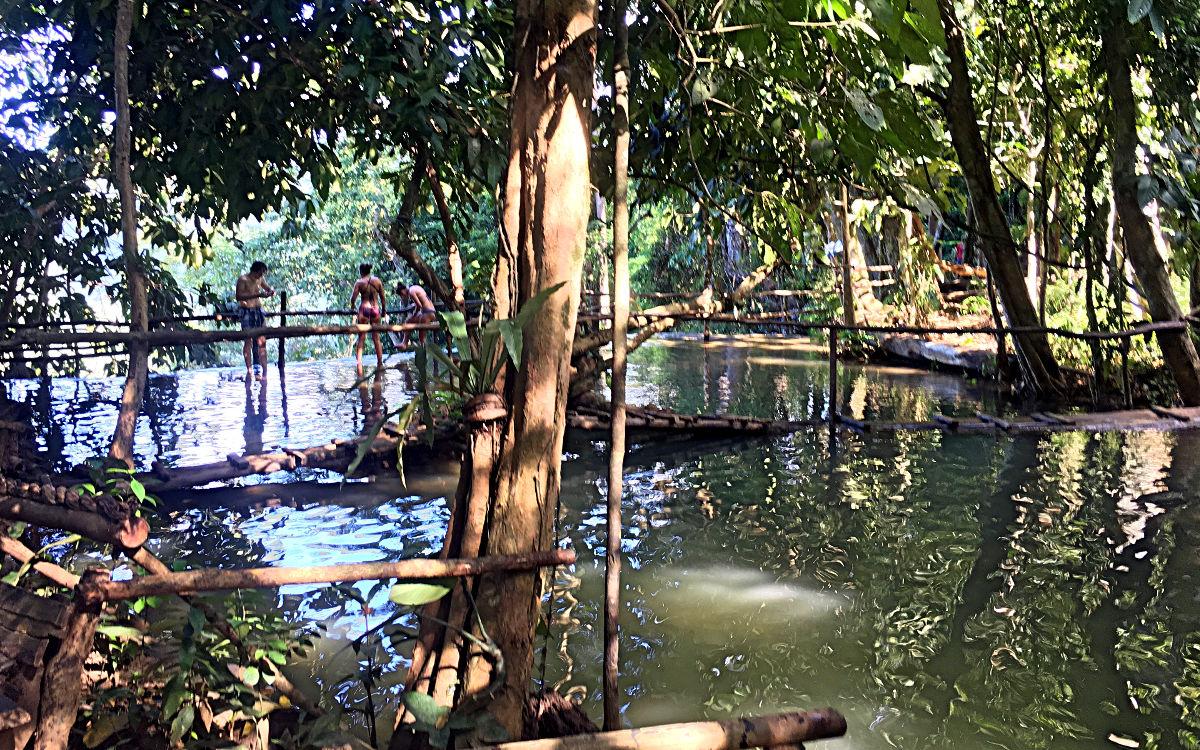 Über kleine Bambus-Brücken bahne ich mir meinen Weg bei den Kuang Si Wasserfällen. (Foto: Ruti)