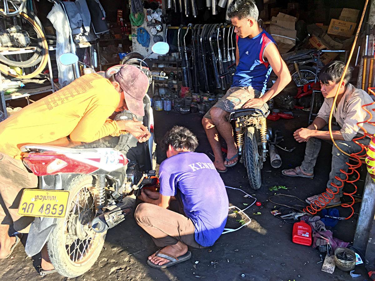 Ölwechsel in Laos - eine Vertragswerkstatt war es nicht gerade. (Foto: Ruti)