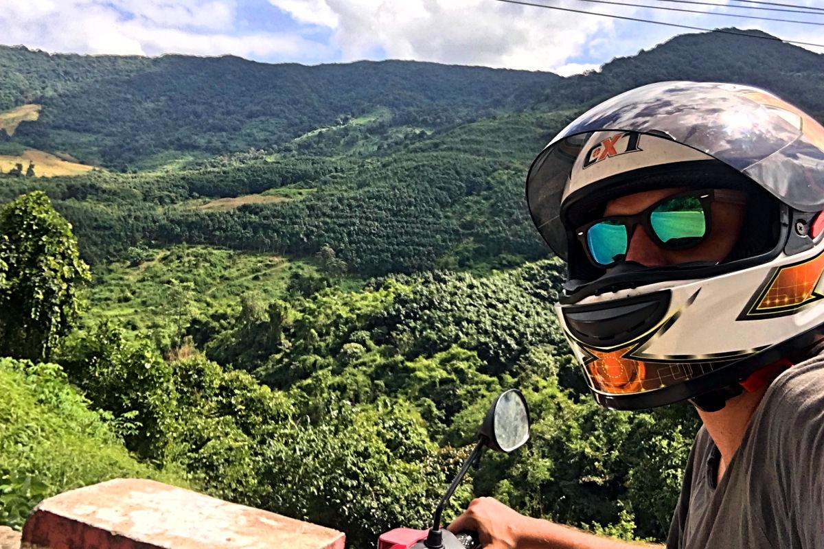 Solche Landschaften begleiteten mich durch Laos - und ich konnte jederzeit Rast machen und die Aussicht genießen - außer wenn ich mal wieder mit der Zeit im Verzug war. (Foto: Ruti)