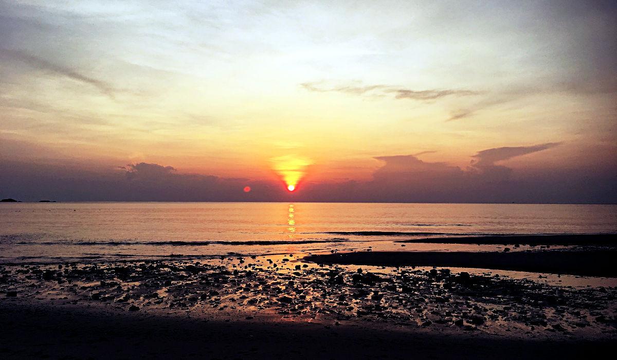 Sonnenaufgang vor meiner Strandhütte auf Tioman in Malaysia (Foto: Ruti)